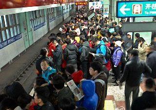 日报:地铁站内众乘客援手救助晕厥坠台男子