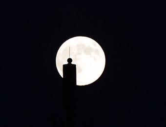 """""""超级月亮""""亮相北京上空"""