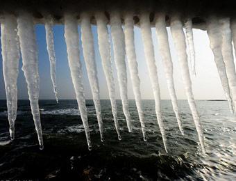 山东日照大风降温 海边现冰凌景观