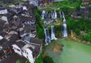 挂在瀑布上的千年古镇