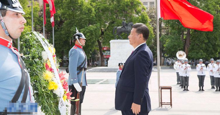 习近平向智利解放者奥希金斯纪念碑敬献花圈