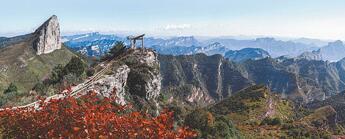 纵横南北  古道春秋站在山巅俯瞰,山上是蜿蜒古道,山下是现代公路,时代并存,历史好像并不遥远。[阅读]