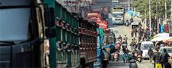 """""""中国南大门""""进出口水果无淡季地处中越边境的凭祥东盟客商络绎不绝,每天进出超过1000辆货运卡车。[阅读]"""