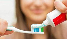 挤牙膏前别蘸水 洗洁精能不用就不用