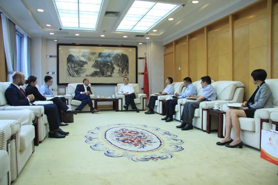 人民日报社社长杨振武会见以色列驻华大使何泽伟一行。(摄影:李国良)