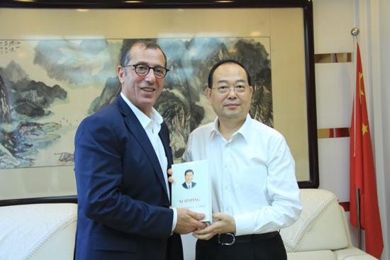人民日报社社长杨振武会见以色列驻华大使何泽伟。(摄影:李国良)