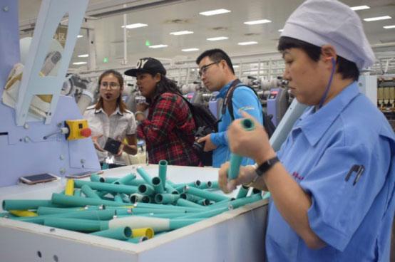 中外青年参观鄂尔多斯集团纺织二厂