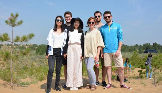 中外大学生参观恩格贝国家级生态建设示范区