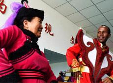外国大学生学起了蒙古族舞蹈