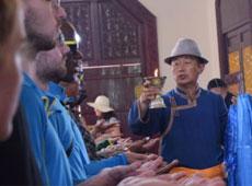 中外大学生拜谒成吉思汗陵