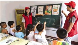 青年志愿者指导孩子们