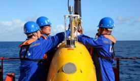 """""""探索""""号自治式水下机器人在南海下水"""