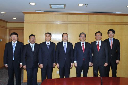 人民日报社社长杨振武会见韩国新任驻华大使卢英敏一行。(摄影:蒋建华)