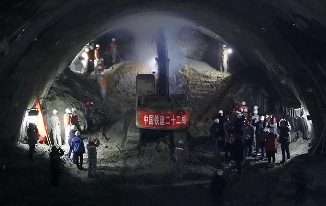 我国高寒地区极高风险高铁隧道贯通