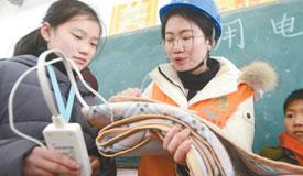 志愿者为学生普及安全用电知识