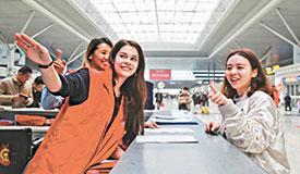 外籍志愿者长假返程期间为旅客提供服务