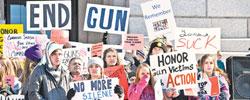 """美国社会""""枪伤""""难愈合日前,美国佛罗里达州一中学发生枪击案,造成包括14名高中生在内的17人死亡。[阅读]"""