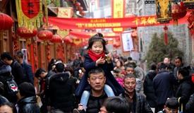 """春节消费 买、吃、玩""""年味""""旺"""
