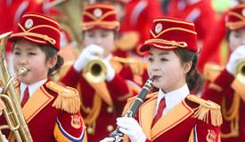 朝艺术团现身韩公园表演  红色演出服吸睛