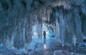 贝加尔湖上令人惊艳的冰洞