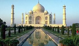 印度泰姬陵遭暴风雨侵袭 大柱倒塌尖塔碎裂