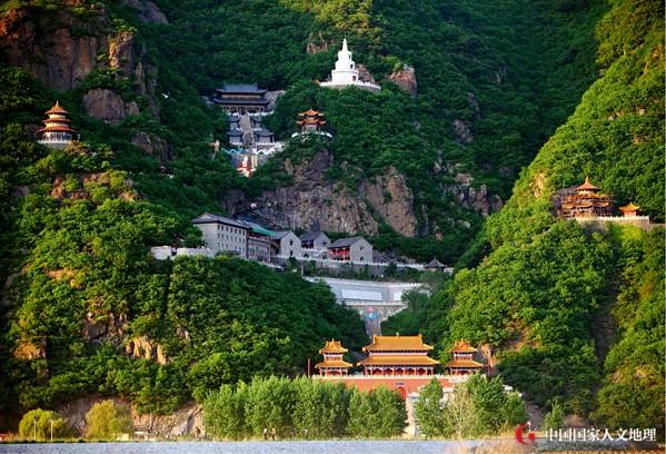 中国国家人文地理 风景名胜 辽阳    龙峰山自然风景优美,山清水秀