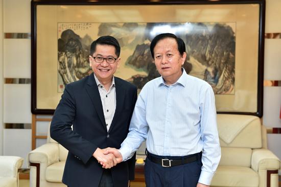 人民日报社社长李宝善会见新加坡驻华大使罗家良。(摄影:翁奇羽)