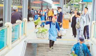 慢火车穿行村寨间 山里人卖菜很方便