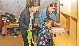 """""""希望小书桌""""改善贫困学生学习环境"""