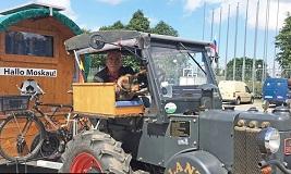 德国70岁老球迷驾拖拉机抵莫斯科观赛