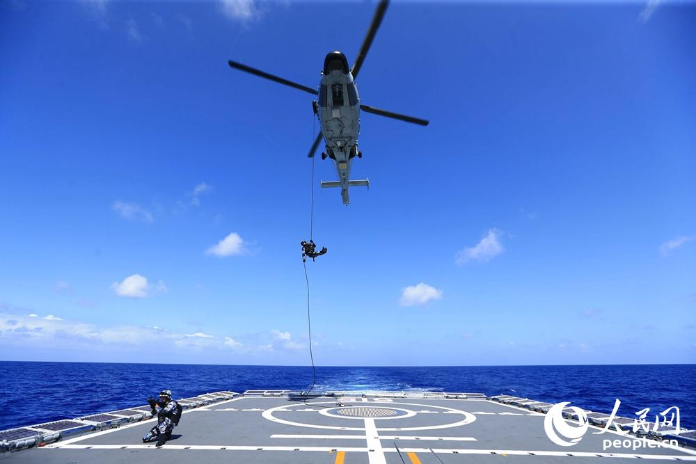 海军滨州舰大洋练兵忙 直升机昼夜飞行训练