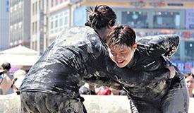 韩国保宁泥浆节上演夏日泥池狂欢
