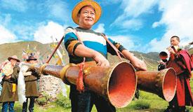 """西藏农民欢度""""望果节"""""""