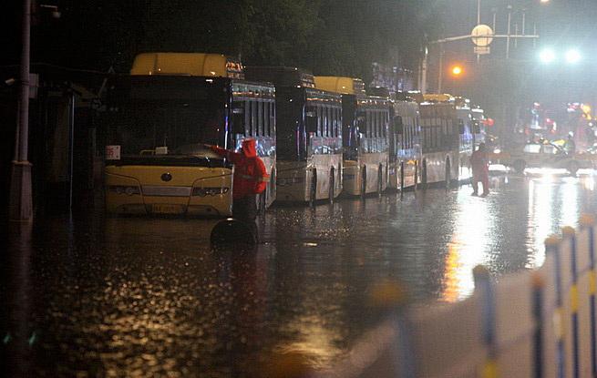 哈尔滨许多道路严重积水 大量区域交通瘫痪