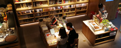 """北京:让实体书店""""露出来、亮起来""""北京将运用金融财政政策给予实体书店扶持,让书店成为首都闪亮的文化名片。[阅读]"""