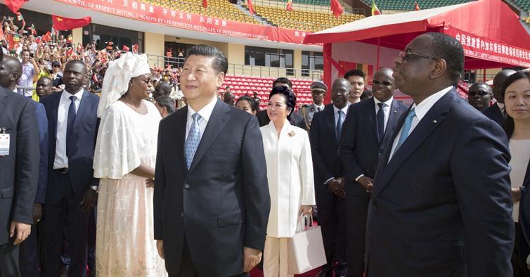 习近平同塞内加尔总统萨勒共同出席塞内加尔竞技摔跤场项目移交仪式