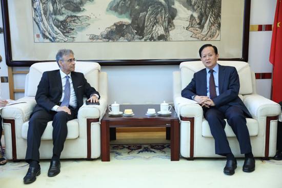 人民日报社社长李宝善会见意大利驻华大使谢国谊。(摄影:李国良)