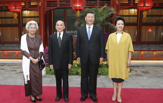 习近平主席夫妇看望柬埔寨国王西哈莫尼和太后莫尼列