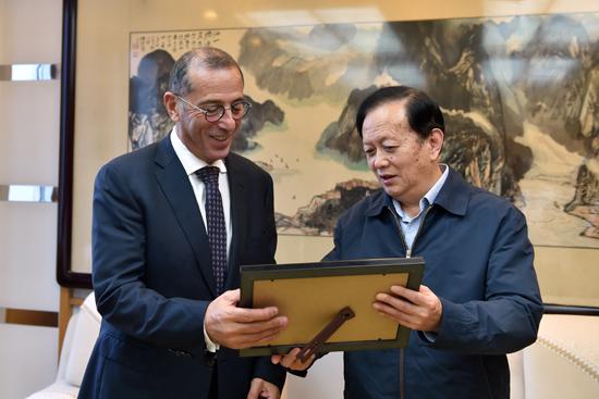 人民日报社社长李宝善会见以色列驻华大使何泽伟(摄影:翁奇羽)