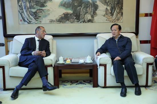 人民日报社社长李宝善会见以色列驻华大使何泽伟一行。(摄影:李国良)