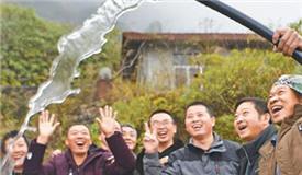 绝壁引水 贫困村村民饮上清泉水