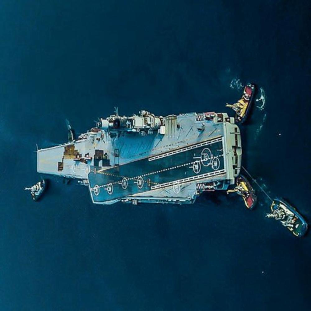 """被砸出20平米大洞:俄官方称""""航母只受轻伤"""""""