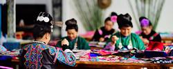 """贵州:指尖上的技艺促增收把传统手工艺品做成旅游商品,农妇巧手织就一条""""指尖经济""""的脱贫路。[阅读]"""