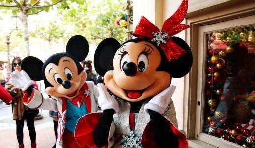 米奇和米妮身穿盛装迎新年