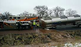 美国一卡车侧翻 18吨液体巧克力流成河