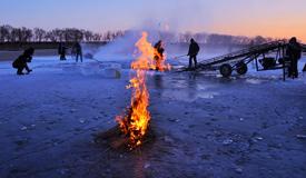 辽宁锦州凌河上采冰的汉子们