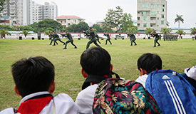 """中学生走进军营 """"零距离""""接受国防教育"""