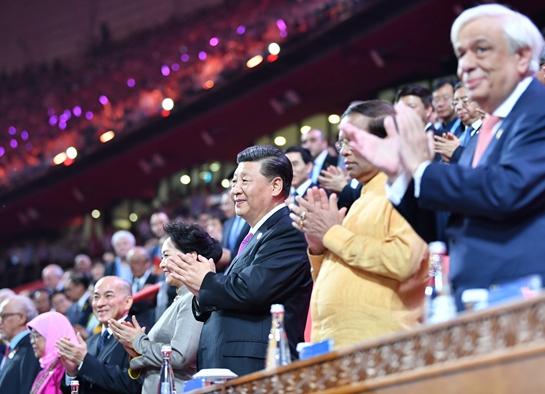 习近平和彭丽媛同外方领导人夫妇出席亚洲文化嘉年华活动