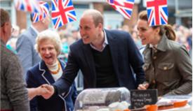 威廉王子夫妇与英民众亲密互动