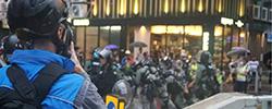 """走近香港""""蓝背心""""警察在香港止暴制乱最前线,可以看到""""蓝背心""""港警身影,他们就是现场的传媒联络队。[阅读]"""